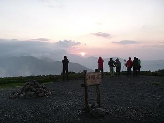 (光岳隣の)イザルケ岳での朝日と某TVスタッフ