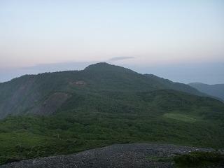 (光岳隣の)イザルケ岳から光岳を望む