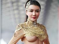 中国の美人女優 龚玥菲が上海モーターショーに下乳出したセクシー衣装で登場
