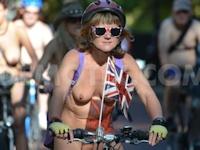 裸で自転車に乗る「World Naked Bike Ride(ワールド・ネーキッド・バイク・ライド) 2013」 ロンドンの画像