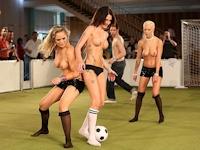 ヌード・フットボール 第1回ユーロ大会開催? ドイツで美女たちが裸でサッカー