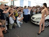 中国浙江省のモーターショーでビキニ美女撮影イベントに来場者殺到 主役の車が邪魔物扱いに