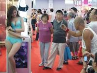 中国・天津で行われた名品博覧会にランジェリー姿のコンパニオンが登場