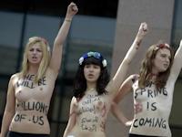 FEMENがエジプト大使館前でトップレス抗議