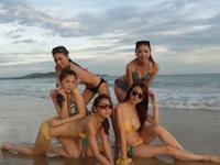 美女たちがリゾート地でビキニになってる記念写真