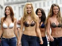 ロンドンに上半身ヌーブラだけの美女軍団現る