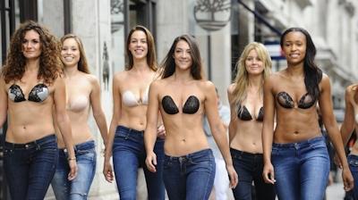ロンドンで美人モデル軍団がヌーブラで行進 3