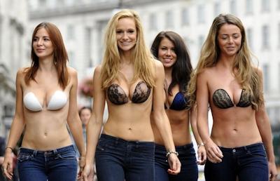 ロンドンで美人モデル軍団がヌーブラで行進 4