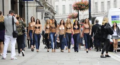 ロンドンで美人モデル軍団がヌーブラで行進 5