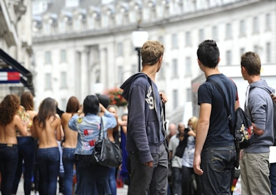 ロンドンで美人モデル軍団がヌーブラで行進 7
