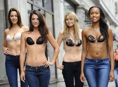 ロンドンで美人モデル軍団がヌーブラで行進 8