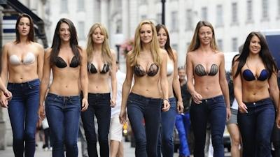ロンドンで美人モデル軍団がヌーブラで行進 10