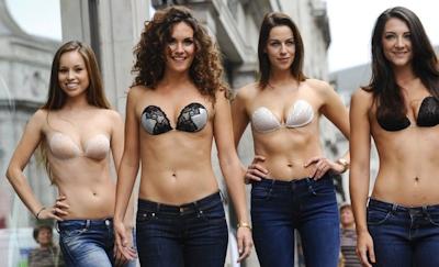 ロンドンで美人モデル軍団がヌーブラで行進 11