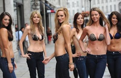 ロンドンで美人モデル軍団がヌーブラで行進 12