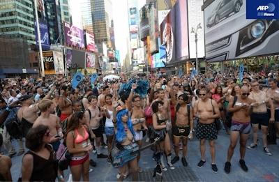 下着姿でタイムズスクエア集合!ギネス記録に挑戦 米NY -AFPBB News