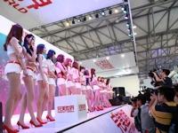 中国のゲームショー「Chinajoy」でイベントコンパニオンを撮影する人々の画像
