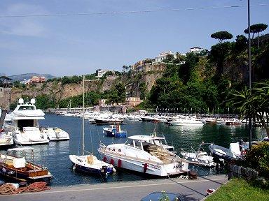 マリーナから見上げる崖上の街並みdownsize