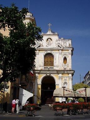 淡い黄色の壁が美しい教会dwonsize