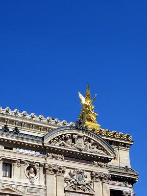 青空に金ピカがまぶしい詩の神様La Poesie像downsize