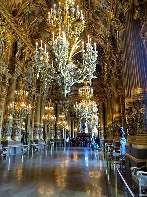 床に映えるシャンデリアも幻想的なle Grand Foyer大回廊REVdownsize