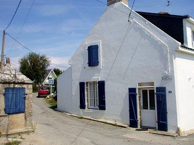壁の白と窓のブルーのコントラストが鮮やかdownsize