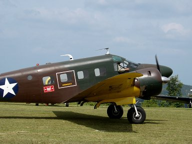珍しい迷彩衣装のBeechcraft Model 18 Twin Beech AT-7 Navigator downsize