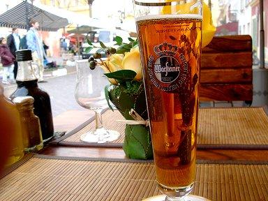 市場の隅でリキュール入りの甘いビールを1杯downsize