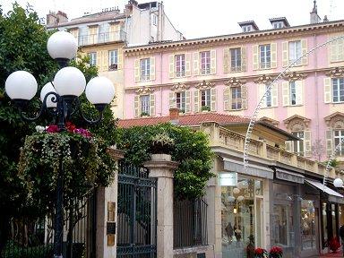 ピンクの街並みに丸い街灯が柔らかな印象を与えるdownsize