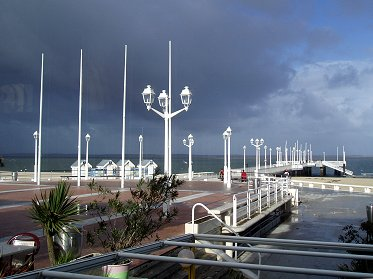 A1嵐のときめきは黒雲に桟橋の白が艶やかREVdownsize