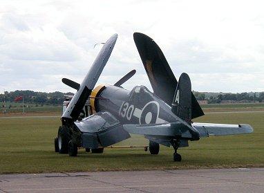 滑走路へ曳かれてゆくDuxford IWMの飛行可能なCorsair後ろ姿REVdownsize
