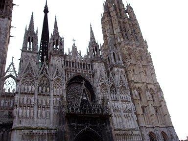 ノートルダム大聖堂(Cathedrale Notre Dame)を正面から見上げるdownsize