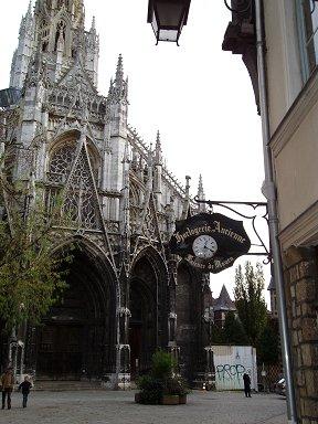 ノートルダム大聖堂(Cathedrale Notre Dame)の裏手は人影まばらで静かですdownsize