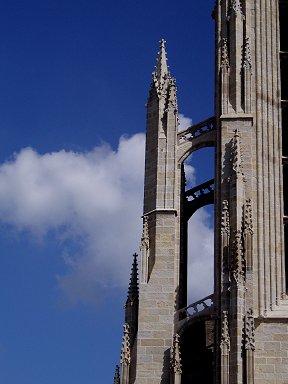 サンコランタン大聖堂の鋭角な石組が青空に映えるdownsize