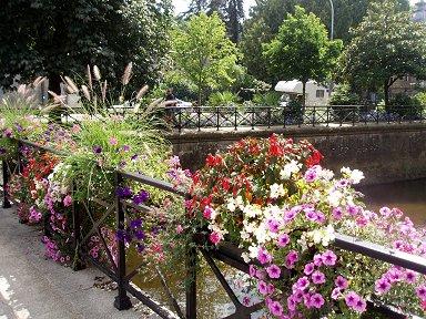 オデ川に架かる橋は花でいっぱいdownsize