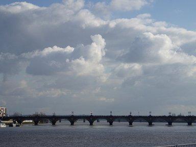 雄大なガロンヌ川にかかるピエール橋Pont de pierre downsize