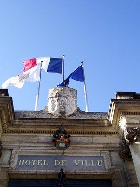 市庁舎に翻るトリコロール旗downsize