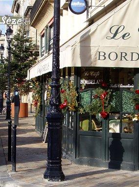 街角のカフェにもクリスマスの飾りREVdownsize