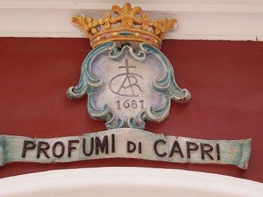 17世紀創立のカプリの香水屋さんは看板もクラシックdownsize