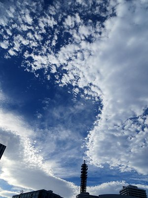 空に描く雲の模様は強風のイタズラdownsize