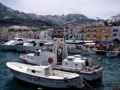 庶民的な港にはカラフルな家が並ぶdownsize