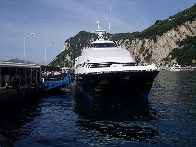 ナポリからは快速双胴船でdownsize