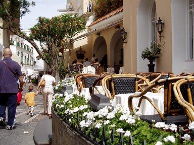 籐の椅子に白い花カプリは繁華街も気品が漂うdownsize