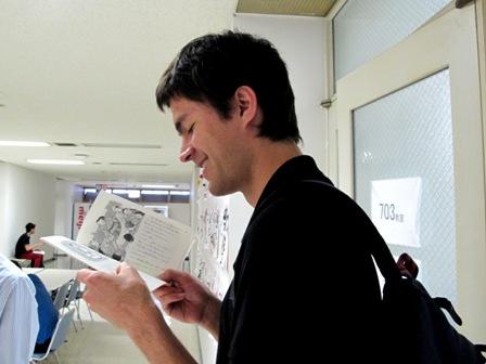 廊下で読んでるJョンさん