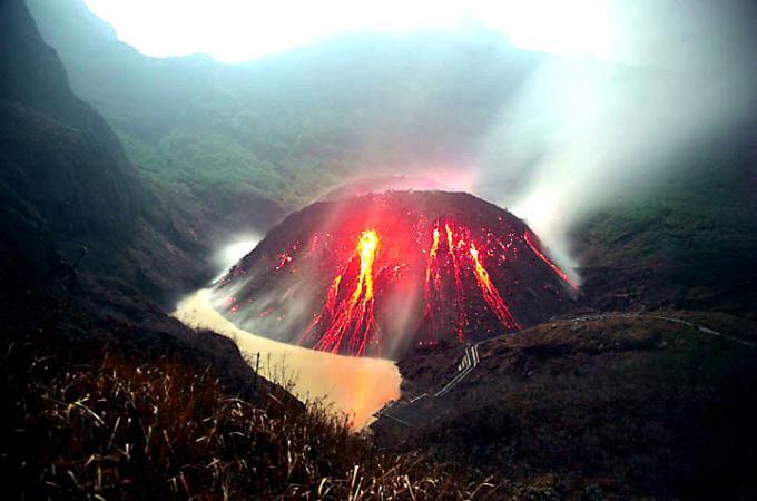 噴火間近、ジャワ島東部のケルート山