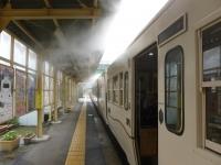 停車駅で霧を出すいぶたま号131213