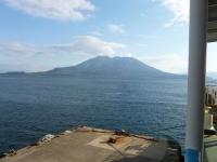 乗り込んだフェリーから桜島が見えます131214