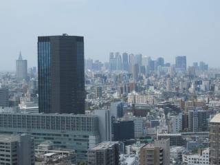 遠方に見える新宿副都心。天候が良ければビルの隙間に富士山が見えるがこの日は霧で隠れていた。