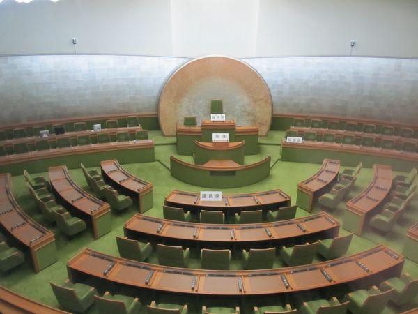 展望ラウンジ内からは窓越しに下階にある区議会議場を見ることができる。