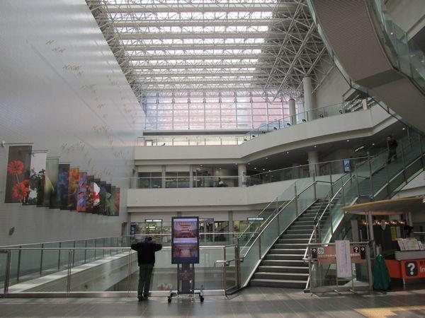 文京シビックセンター1階ロビー。天井の高い開放的な空間が広がる。