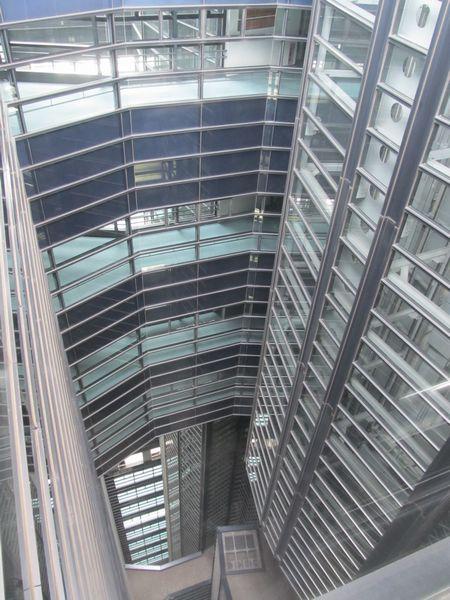 文京シビックセンター中央を貫通する換気用の吹き抜け